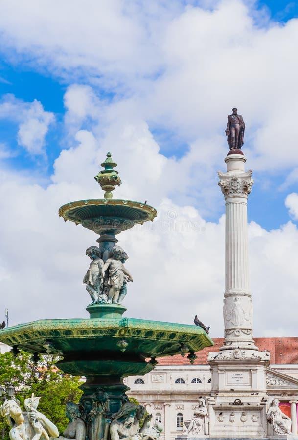 葡萄牙里斯本罗西欧广场的Dom Pedro IV纪念碑和喷泉景观 免版税库存照片
