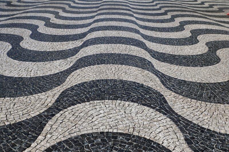 葡萄牙里斯本:里斯本/葡萄牙波浪铺路石图案 免版税库存图片