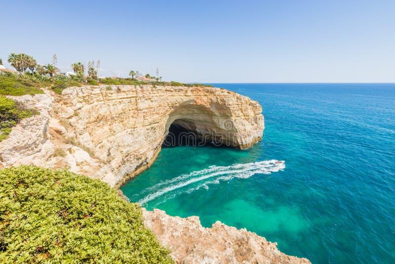 葡萄牙阿尔加威海滩石灰石洞和经验小船 免版税库存图片
