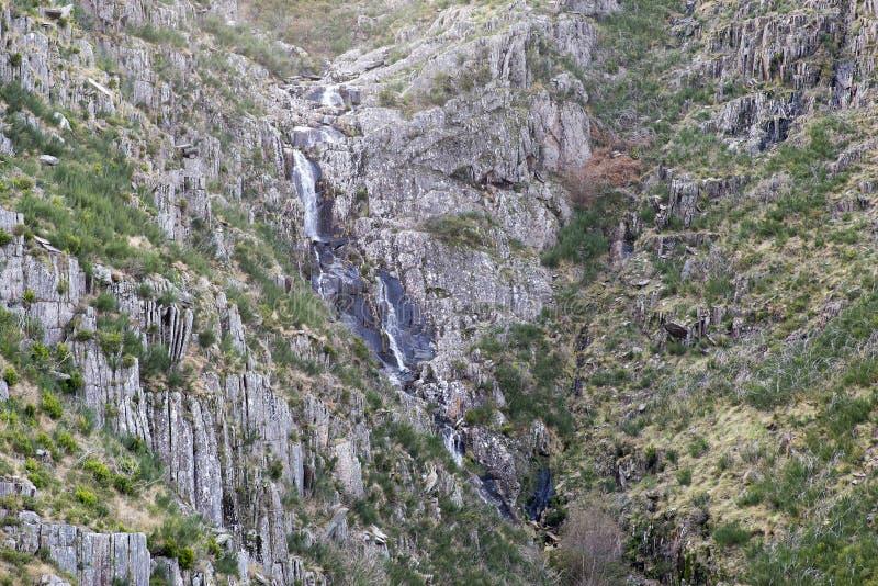 葡萄牙阿鲁卡地质公园山上的瀑布 免版税库存照片