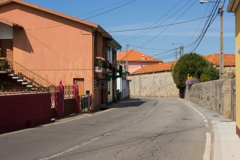 葡萄牙,未知的村庄- 06/10/2018:路在有老大厦的小葡萄牙村庄 旅行在欧洲 农村地标 免版税库存照片