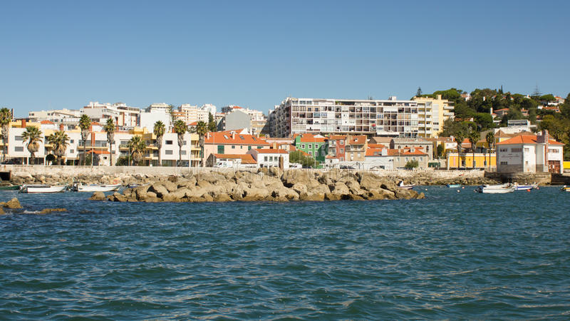 葡萄牙,沿海路(少量的埃斯特拉达)在从海的里斯本、爱都酒店和卡斯卡伊斯viewd之间 库存图片