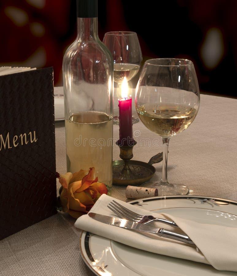 葡萄酒、玫瑰和烛光晚餐 免版税库存照片