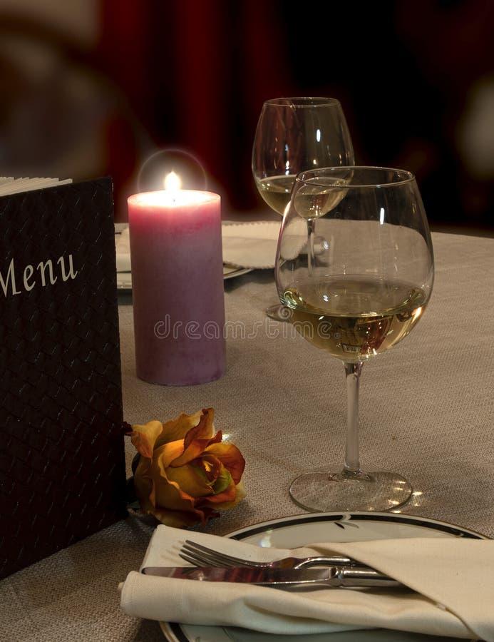 葡萄酒、玫瑰和烛光晚餐 免版税库存图片