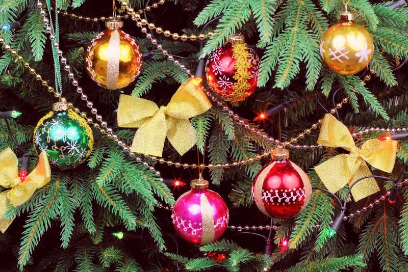 葡萄酒与五颜六色的球的圣诞树 免版税库存图片