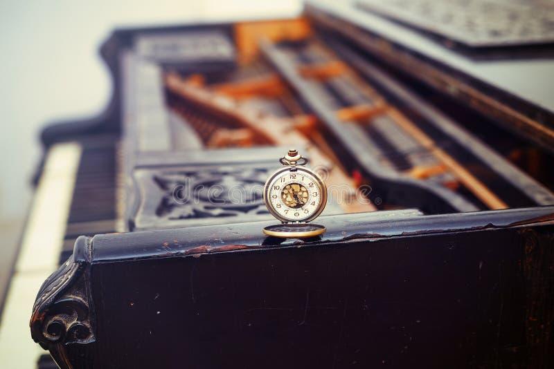"""葡萄酒与古色古香的怀表â€的钢琴钥匙""""计时概念 图库摄影"""