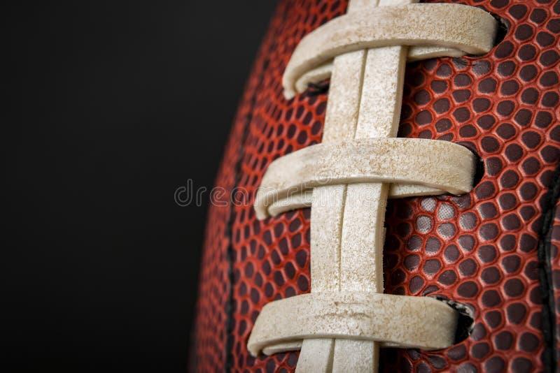 葡萄酒与可看见的鞋带、针和猪皮样式的被佩带的橄榄球球 免版税库存图片