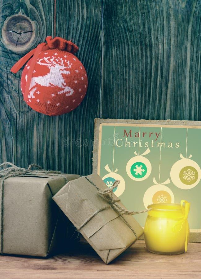 葡萄酒与在牛皮纸包裹的礼物盒的圣诞节构成 图库摄影