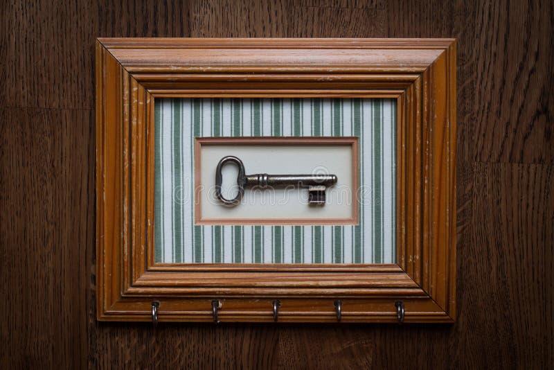 葡萄酒与木制框架的钥匙持有人 免版税库存照片