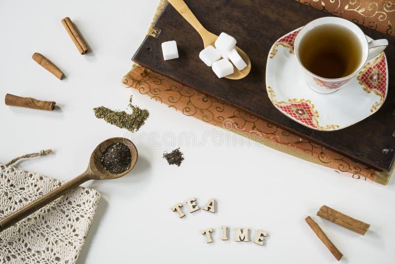 葡萄酒与的茶场面茶杯、切板、匙子和备忘录书 免版税库存图片