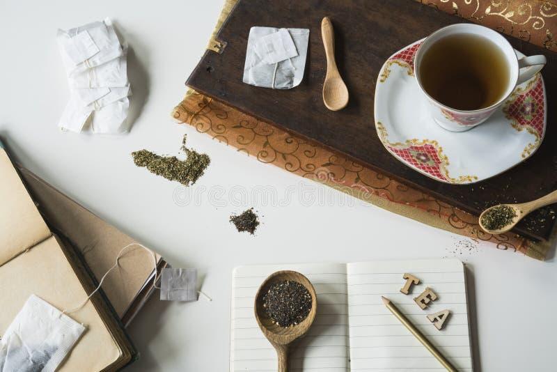 葡萄酒与的茶场面茶杯、切板、匙子和备忘录书 免版税库存照片