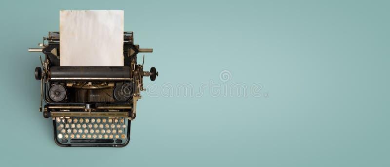 葡萄酒与老纸的打字机倒栽跳水 库存图片