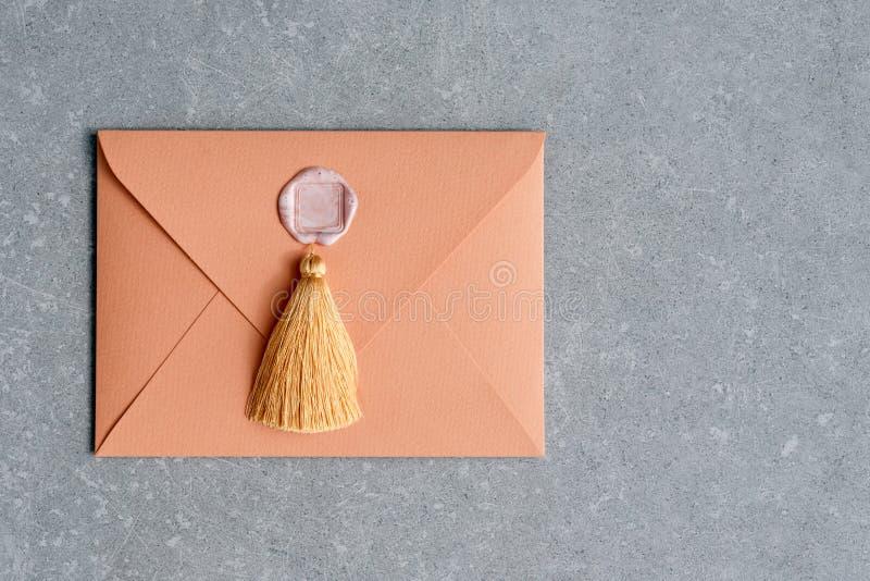 葡萄酒与蜡封印和缨子的信件信封在具体背景 平的位置 库存照片