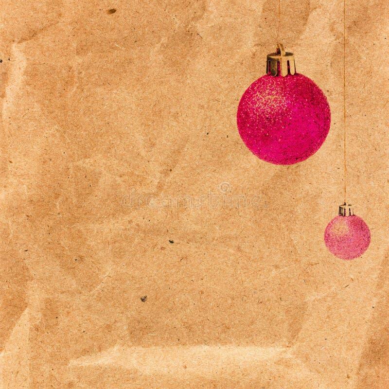 葡萄酒与闪烁的球的圣诞卡在老被回收的bro 库存照片