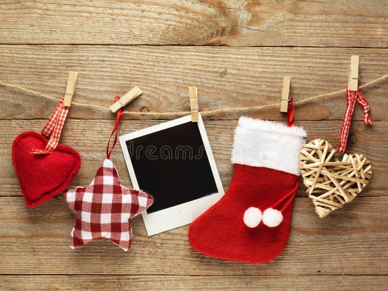 葡萄酒为在木板背景的圣诞节装饰的照片框架与您的文本的空间 库存照片