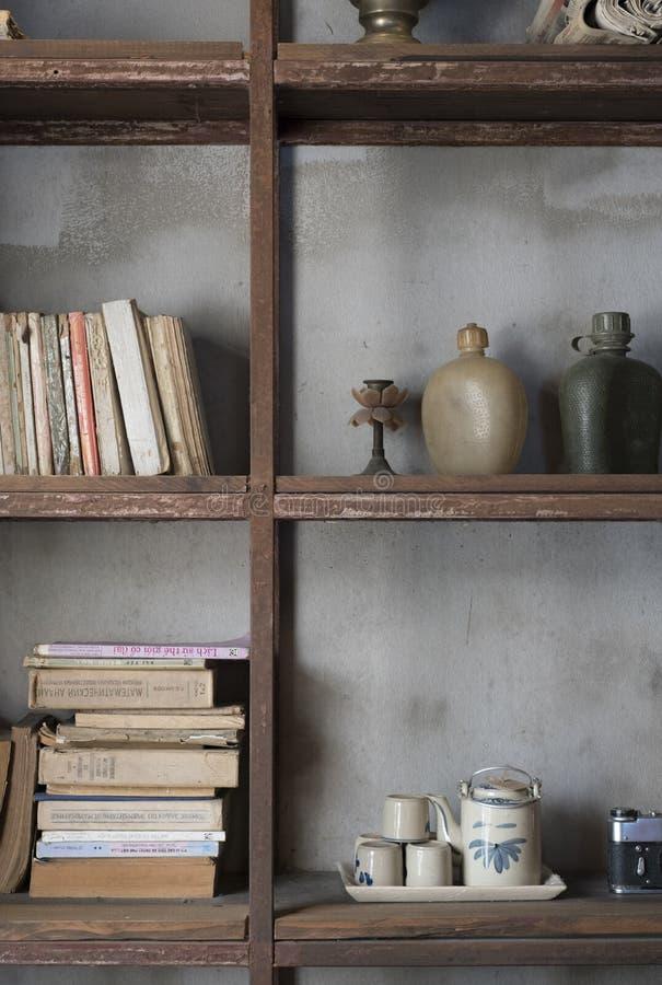 葡萄酒书、茶具和军事塑料军用餐具在显示在Cong加州Phe在胡志明市,越南 库存照片