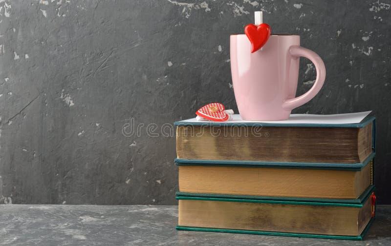 葡萄酒书和杯子 免版税库存照片