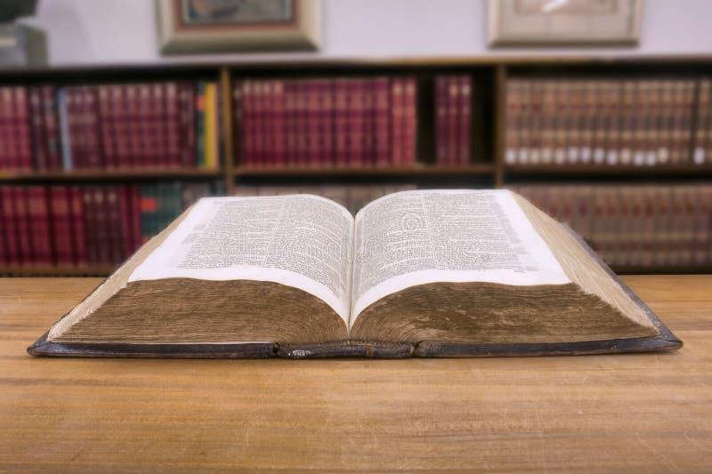 葡萄酒书在图书馆里 免版税图库摄影