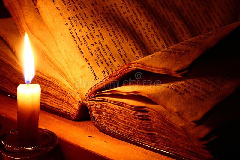 葡萄酒书蜡烛 库存照片