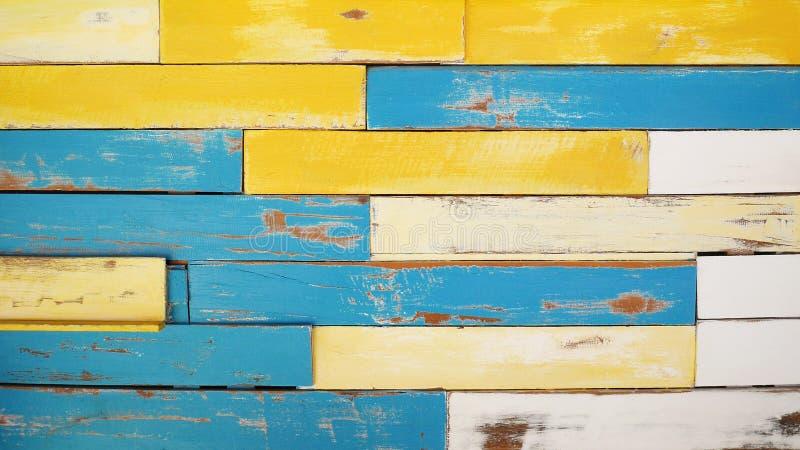 葡萄酒五颜六色的木板条纹理背景,黄色蓝色和白色油漆 免版税图库摄影