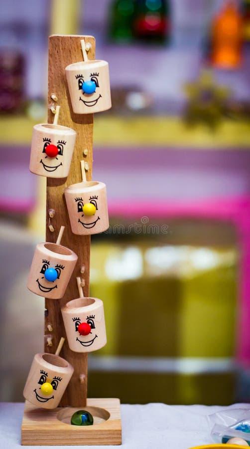 葡萄酒五颜六色的木球桶行动玩具 免版税库存照片