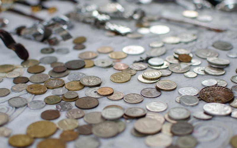 葡萄酒以色列人和外国硬币背景待售在老贾法角旧货市场 免版税库存图片