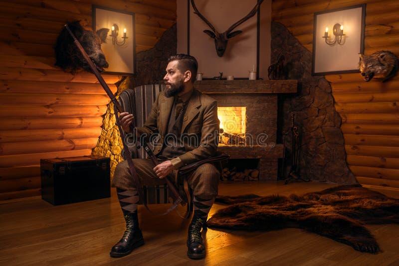 葡萄酒传统狩猎衣物的猎人人 图库摄影
