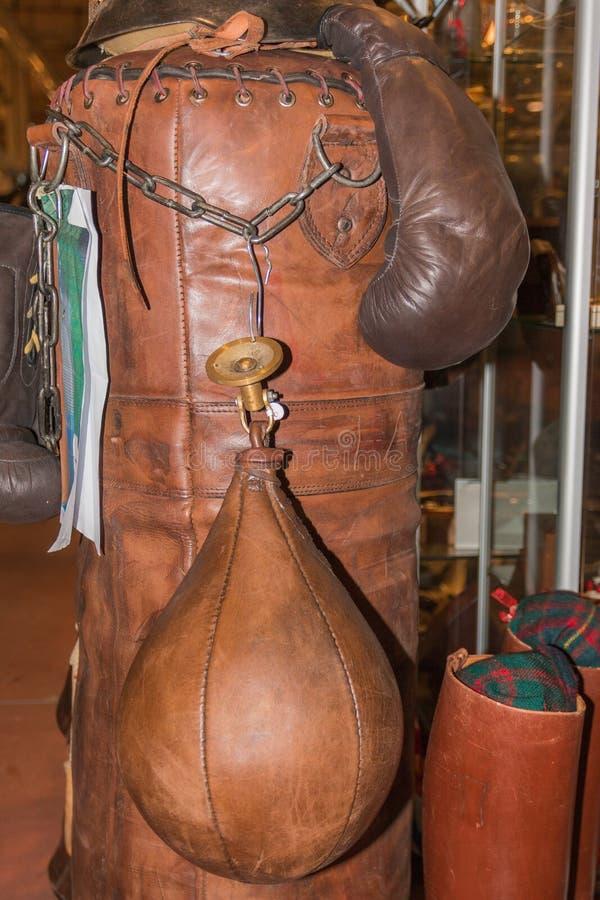 葡萄酒体育拳击手手套和皮革沙袋 库存照片