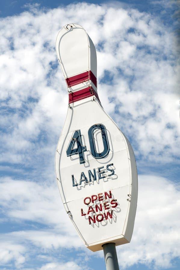 给葡萄酒保龄球栓的霓虹灯广告40条车道做广告 库存图片