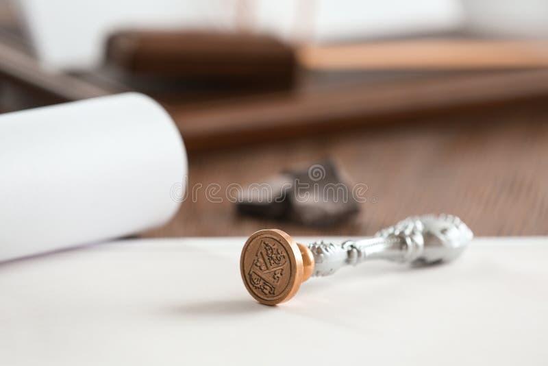 葡萄酒公证员邮票和文件在桌,特写镜头上 免版税库存照片