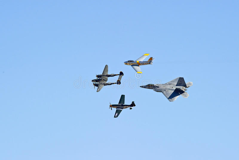 葡萄酒军用飞机和F-22猛禽 库存图片