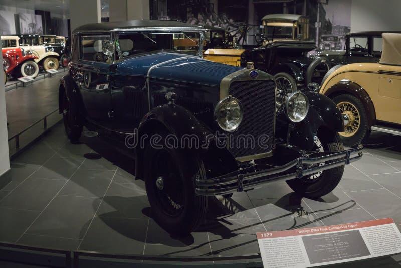 葡萄酒减速火箭的汽车德拉热DMN虚假敞蓬车在博物馆的Figoni 库存照片