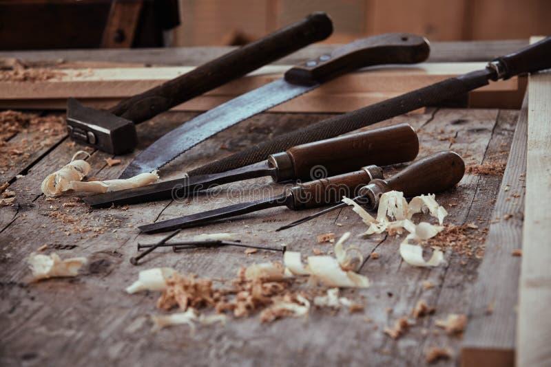 葡萄酒凿子、粗锉手锯和锤子 库存照片