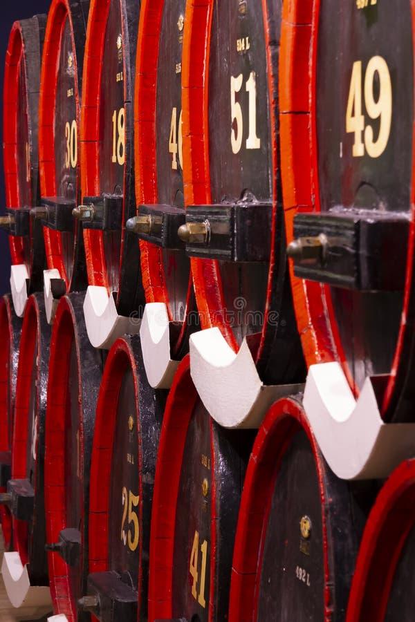 葡萄酒利口酒地窖橡木桶黑红色 免版税库存图片