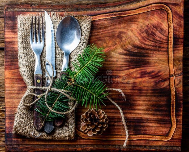 葡萄酒利器集合,在木切板的圣诞节装饰 免版税库存图片