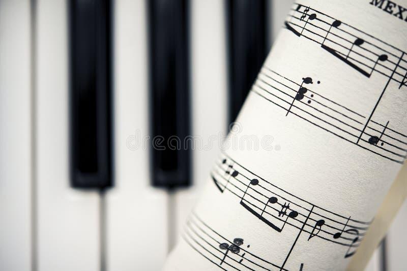 葡萄酒与钢琴钥匙的活页乐谱 免版税库存照片