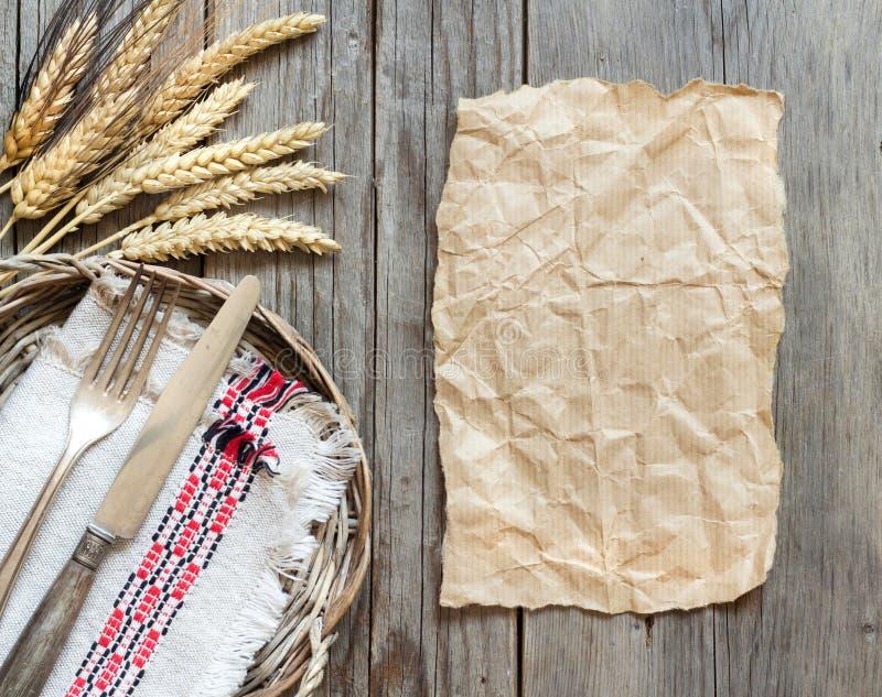 葡萄酒叉子和刀子和麦子 库存图片