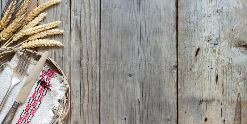 葡萄酒叉子和刀子和麦子 免版税库存照片