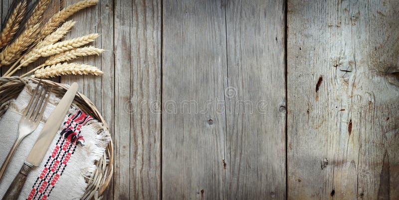 葡萄酒叉子和刀子和麦子 图库摄影