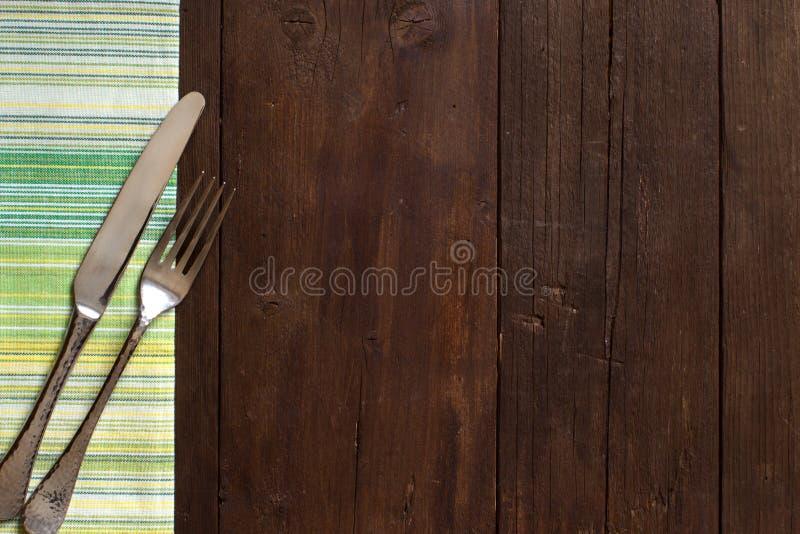 葡萄酒叉子和刀子在一块五颜六色的餐巾 图库摄影