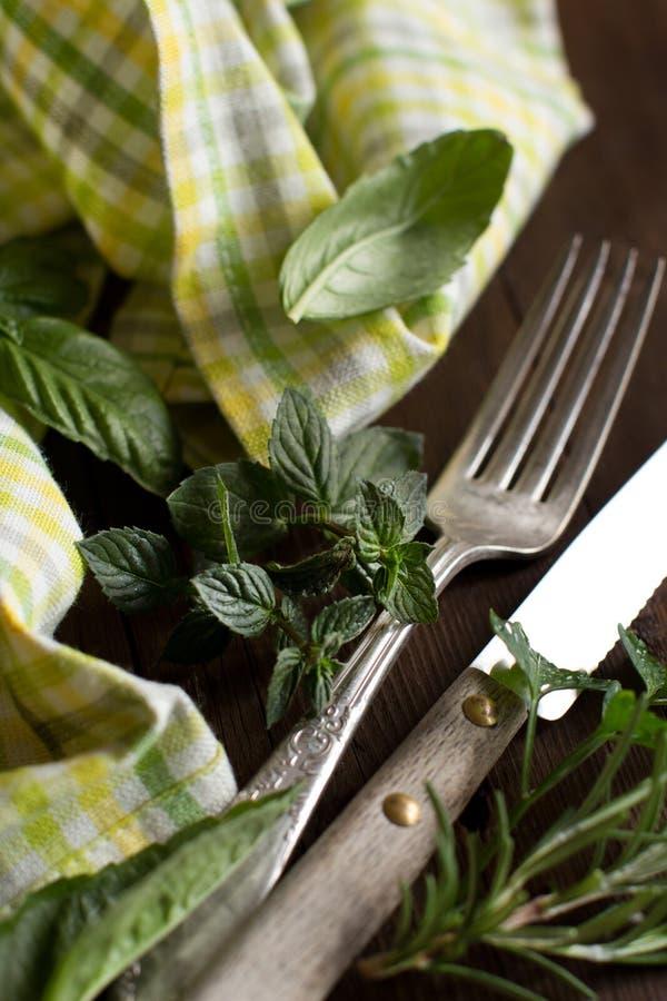 葡萄酒叉子和刀子在一块五颜六色的餐巾 库存图片