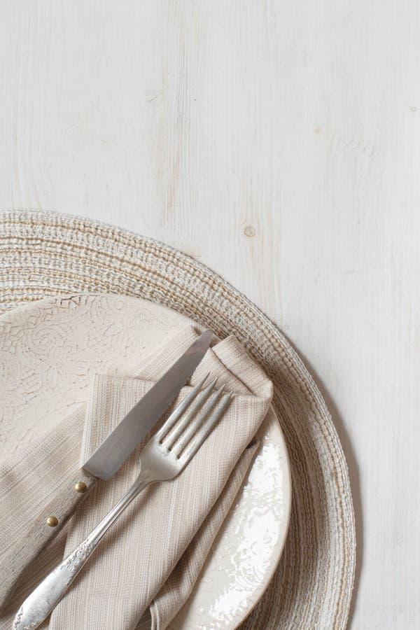 葡萄酒叉子和刀子在板材 免版税库存图片