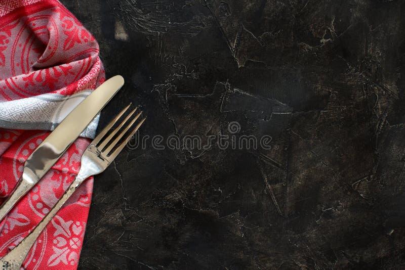 葡萄酒叉子和刀子在餐巾 库存图片