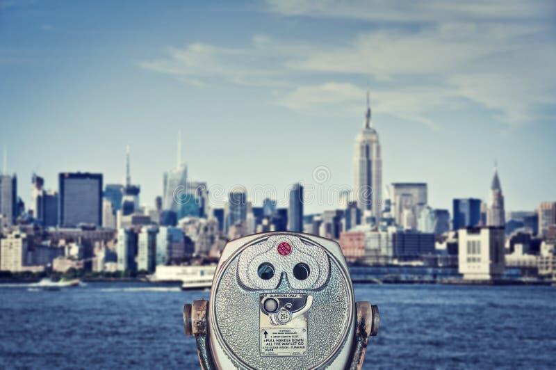 葡萄酒双筒望远镜观察者,与帝国大厦的曼哈顿地平线,纽约美国 图库摄影