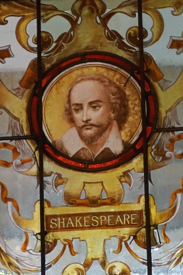 葡萄酒古董在三一学院绘了污迹玻璃窗,都伯林爱尔兰 免版税库存图片