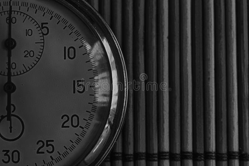 葡萄酒古董秒表,减速火箭在木背景,价值措施时间老时钟箭头分钟第二准确性定时器纪录 免版税图库摄影