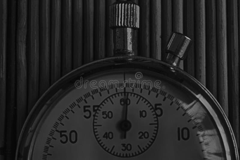 葡萄酒古董秒表,减速火箭在木背景,价值措施时间老时钟箭头分钟第二准确性定时器纪录 库存图片