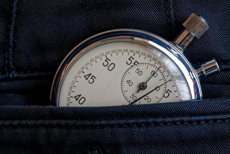 葡萄酒古董秒表,在新的后面牛仔布口袋,价值措施时间,老时钟箭头分钟,第二个准确性定时器纪录 免版税图库摄影