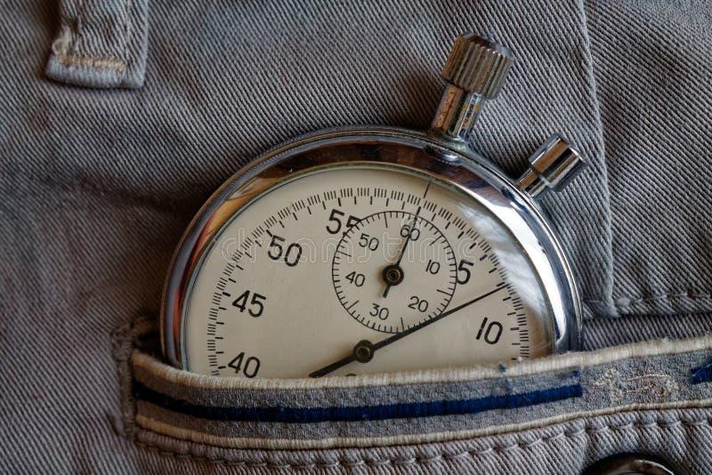 葡萄酒古董秒表,在有蓝线的灰色牛仔布口袋,价值措施时间,老时钟箭头分钟,第二个准确性定时器 库存照片
