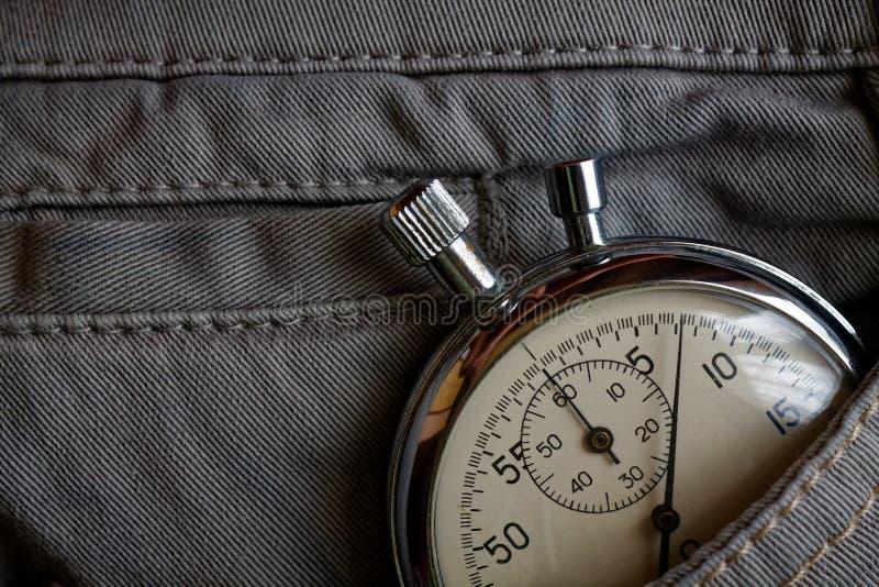 葡萄酒古董秒表,在灰色牛仔布口袋,价值措施时间,老时钟箭头分钟,第二个准确性定时器纪录 库存照片